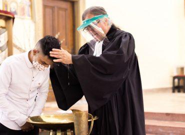 Fardin wird von Dietmar getauft
