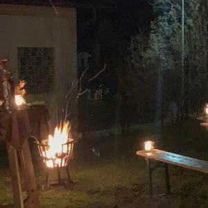 Pfarrer Kreuz predigt im Freien zur Christnacht